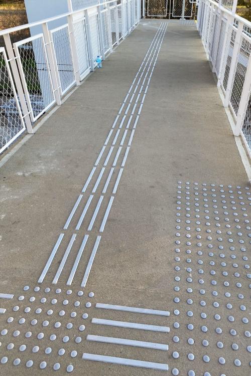 Linie prowadzące dla niewidomych Kładka PKP Radymno
